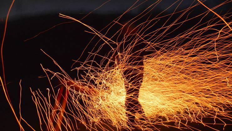 Beim Scheibensprengen in Oeschgen zeichnen die Scheiben feurige Flugbahnen in die Luft und fliegen bis zu 200 Meter weit.