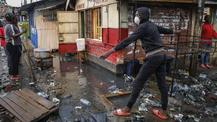 Menschen, die als Tagelöhner arbeiten, trifft die Corona-Krise besonders hart. Hier im Bild: Bewohner des Kibera Slum in Nairobi, Kenia.