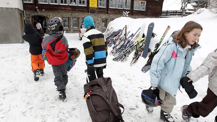 Ab ins Skilager: Für die Verbände der Schweizer Schulleitenden sind Exkursionen für Schulkinder wegen eines Bundesgerichtsurteil gefährdet. Sie fordern Massnahmen. (Themenbild)