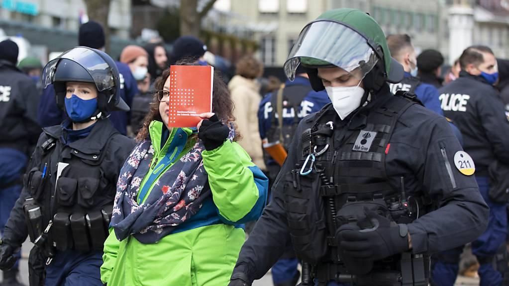 Das Covid-19-Gesetz widerspricht der Verfassung, finden die Träger des zweiten Referendums: Eine Demonstrantin gegen die Massnahmen hält im Januar in Bern eine Verfassung hoch. (Archivbild)