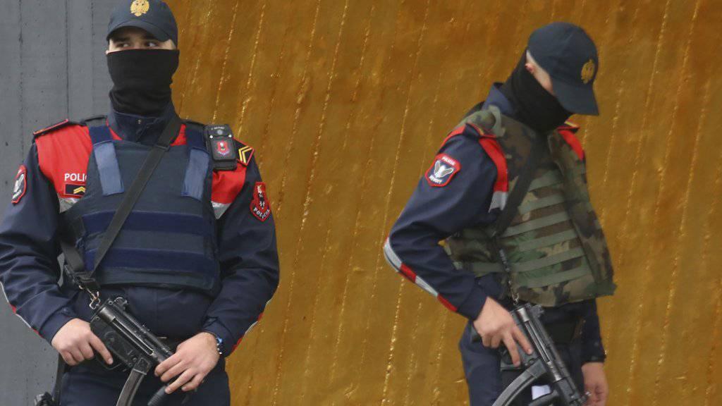 Angst vor Anschlag: Spezialkräfte der albanischen Polizei hatten vergangenen Samstag das Fussballspiel gesichert.