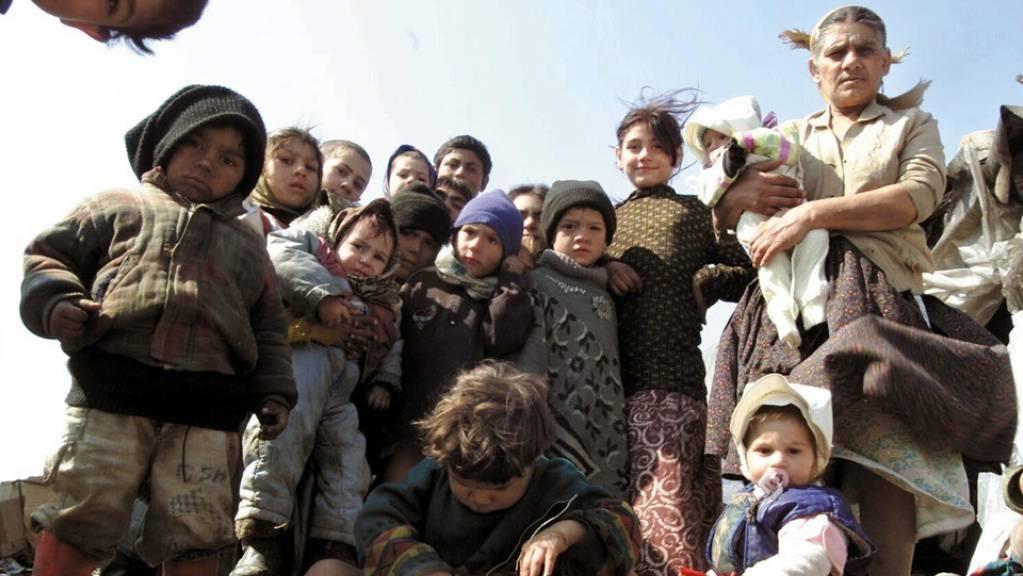 Roma-Familie in Rumänien, wo jede/r Zweite in einer überbelegten Wohnung lebt. In der Schweiz leiden nur 6,2 Prozent der Bevölkerung unter beengten Wohnverhältnissen. (Archivbild)