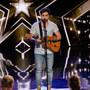 """Der Lausanner Alejandro Reyes überzeugte am Samstag in der deutschen Casting-Show """"Das Supertalent"""". Er gab eine makellose Version von Ed Sheerans """"Photograph"""" zum besten, auf der Gitarre begleitet mit nur einer Hand."""