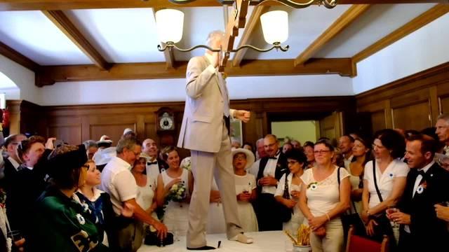 Jugendfest Lenzburg: Ueli Steinmann ist Vorsänger des traditionellen «Vugelbärbam»-Liedes beim Apéro im Rathaus