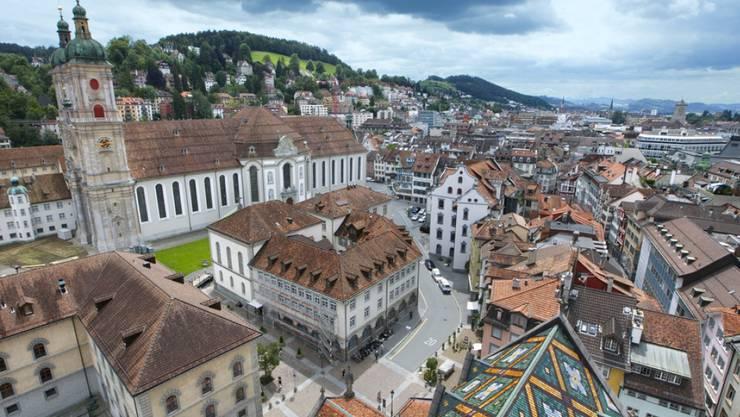 Blick vom Turm der reformierten St. Laurenzen-Kirche auf die Dächer der St. Galler Altstadt und die Stiftskirche (Archiv)