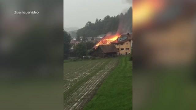 Blitzeinschlag entzündet Bauernhaus