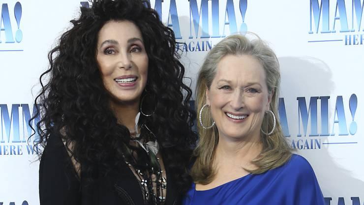 """""""Mutter"""" Cher mit """"Tochter"""" Meryl Streep vor der Premiere des Films """"Mamma Mia! Here We Go Again'"""" am Montag in London."""