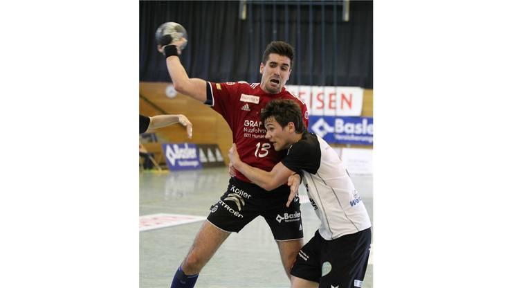 Armin Sarac (HSC, links) gegen Patrick Freitag vom TV Möhlin.
