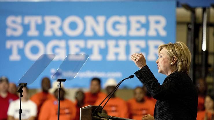 Die Präsidentschaftskandidatin der US- Demokraten, Hillary Clinton, stellt in Warren bei Detroit ihr Wirtschaftsprogramm vor.
