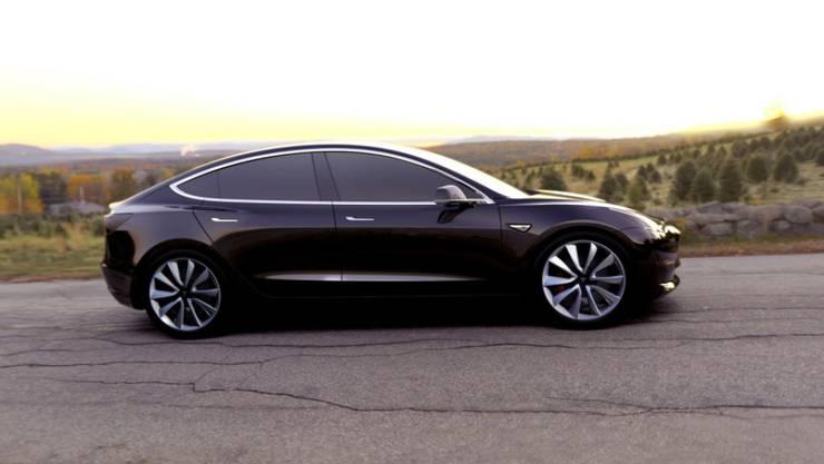 Mit dem Model 3 drängt Tesla auf den Massenmarkt: Seit Freitag rollen die ersten 30 Exemplare auf US-Strassen.
