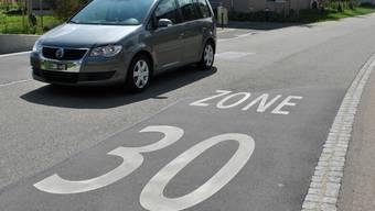 Gegen die Umsetzung von Tempo-30-Zonen auf den Gemeindestrassen formierte sich Widerstand in Brugg (Symbolbild).