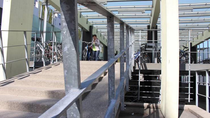 Eine «Fehlinvestition» und «Fehlkonstruktion» sei das Veloparkhaus am Dietiker Bahnhof, findet SVP-Gemeinderat Stephan Wittwer.
