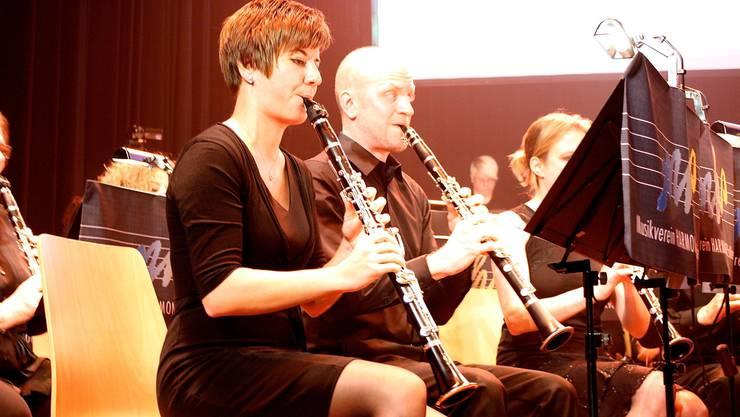 Konzentriert spielen die Musikerinnen und Musiker Klarinette.jpg
