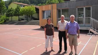 Claudia Waldmeier, Rolf Hügli und Willy Schürch (v.l.) vor dem Pavillon, der die beengte Raumsituation in der Münchwiler Schule entschärft.