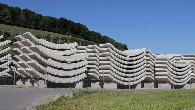 Die Beton-Bauteile, die sogenannten Tübbinge, werden zum Tunnel- Südportal transportiert.