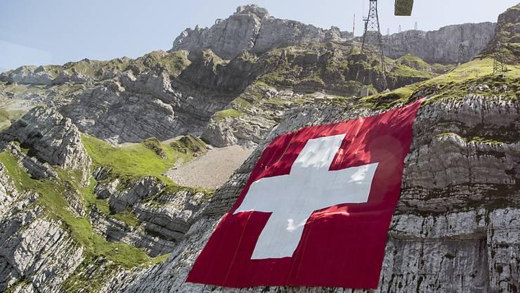 Hier ist sie noch intakt, die grösste Schweizerfahne der Welt am Säntis. Doch starke Winde haben sie bereits am Montag reissen lassen.