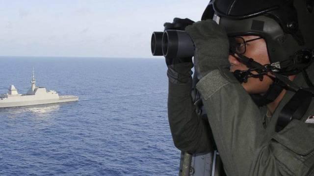 Soldat sucht nach dem vermissten Flugzeug (Archiv)