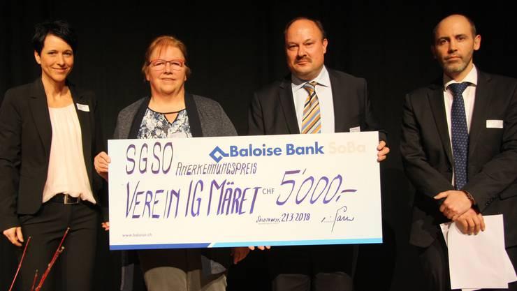 Übergabe des Anerkennungspreises an die IG Märet (v. l.): Caroline Jäggi, SGSo-Geschäftsführerin, Elsbeth Lanz, Präsidentin IG Märet, Jörg Müller, Baloise Bank, und SGSo-Präsident Tobias Jakob.