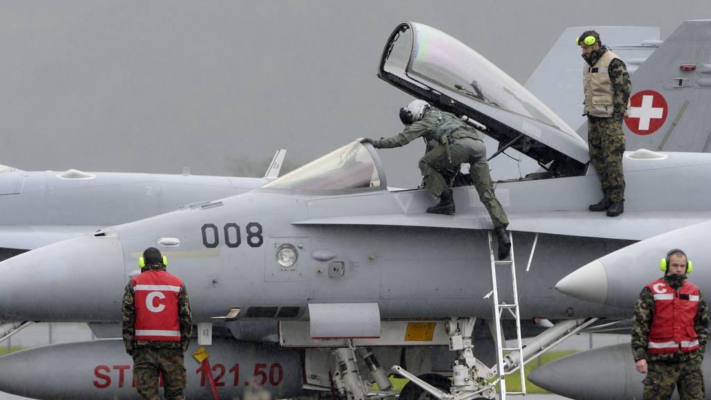 Gefährliche Annäherung von F/A-18 und Heli über Zürichsee