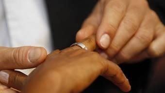 Die Zahl der Eheschliessungen zwischen schweizerischen und ausländischen Partnerinnen und Partnern hat sich in den letzten 30 Jahren verdoppelt. (Themenbild)