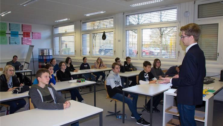 Benjamin Riva von den Jungfreisinnigen vermittelt den Bez-Schülern Einblicke in die Welt der Politik. Verena Schmidtke