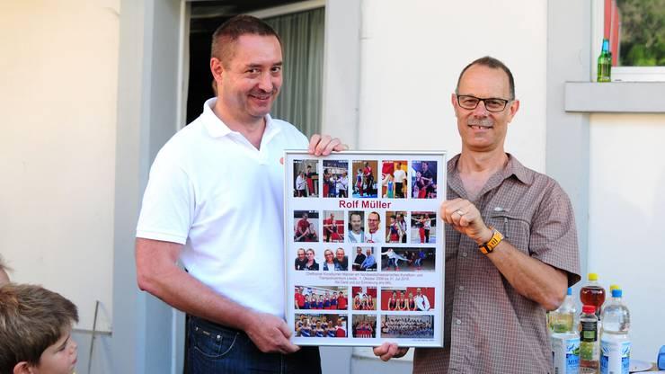 Zur Erinnerung überreichte Geschäftsleiter Thomas Rutishauser Rolf Müller eine Foto-Collage mit 21 Bildern aus seiner Zeit beim NKL in Liestal.