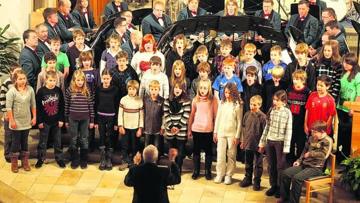 Chorgesang: Der Chor der 5. und 6. Klasse der Primarschule – mit Mitgliedern der Brass Band Frohsinn im Rücken. Foto: HR. Aeschbacher
