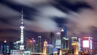 In Schanghai soll der Strom für 24 000 gewerbliche Kunden rationiert werden. Das könnte auch der Skyline an die Lichter gehen.  Keystone