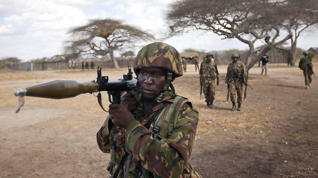 Kenianische Soldaten patrouillieren nach dem Angriff der Shabaab (arabisch für: Jugendliche) im Südwesten von Somalia.