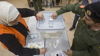 Palästinensischer Sicherheitsbeamter gibt in Ramallah seine Stimme ab