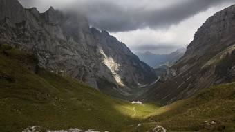 Es zieht ein dunkler Schatten über die Alp Häderen oberhalb Brülisau. «Die Arbeit auf der Alp ist hart», weiss der Geograf Werner Bätzing.