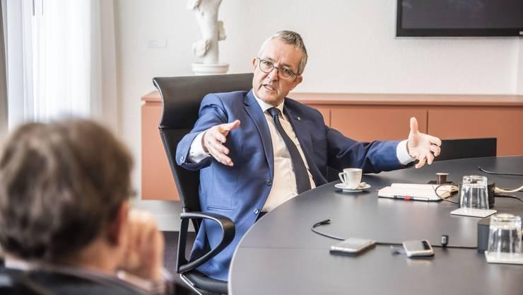 Das Interview mit Thomas Weber wurde nicht in seinem persönlichen Büro geführt, sondern – erstmals überhaupt – im Sitzungszimmer des Regierungsrats im Liestaler Regierungsgebäude. Dort sind Gespräche mit mehreren Metern Abstand möglich.