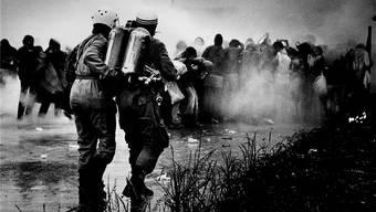 Sommer 1977: Polizisten setzen gegen Tränengas gegen Demonstranten ein, nachdem diese die Zufahrt zum Kernkraftwerk Gösgen blockieren wollten.