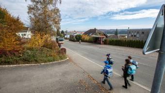 Neu konzipierte Bushaltestellen, Verengungen der Strasse und weitere gestalterische Massnahmen sollen die Schulhausstrasse sicherer machen.