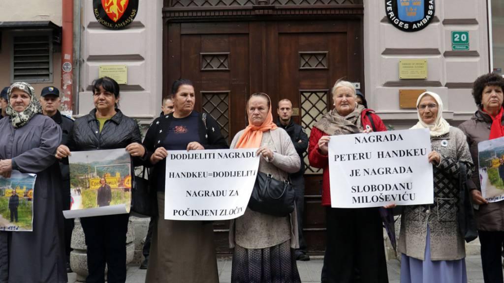 Mehrere Dutzend Frauen aus Srebrenica haben am Dienstag vor der schwedischen Botschaft in Sarajevo gegen die Auszeichnung des österreichischen Schriftstellers Peter Handke mit dem Literaturnobelpreis protestiert. Er habe den Völkermord an muslimischen Männern unterstützt.
