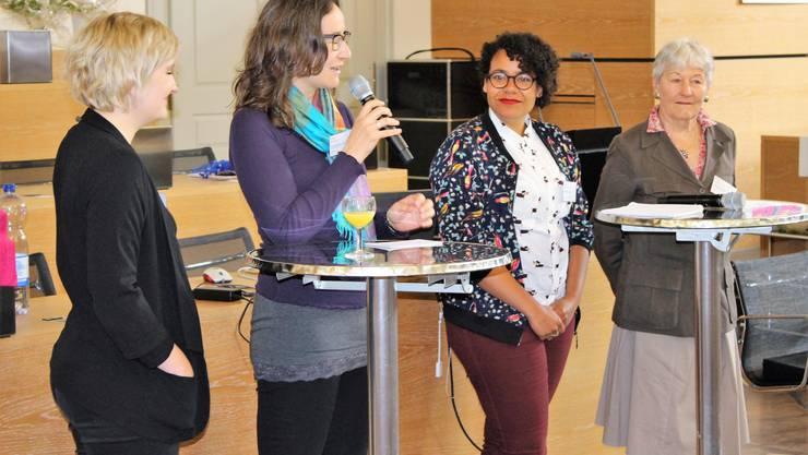 Medienprofi Katia Röthlin (am Mikrofon) wertete das Podiumsgespräch auf, während annabelle-Bloggerin Miriam Suter (v.l.), Kulturwissenschaftlerin Jovita Pinto und alt Nationalrätin Ursula Mauch enttäuschten.