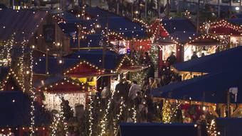 Die Taschendiebin wurde im Weihnachtsdorf auf dem Zürcher Sechseläutenplatz in flagranti erwischt. (Archivbild)