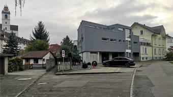 Am Fusse der Altstadt; neben dem Parkhaus Flösserplatz: Im grauen Gebäude soll ein Sexclub entstehen. Bild: uhg
