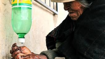 Hygiene ist wichtig, aber Wasser ist ein knappes Gut: mit diesen mobilen Händewasch-Stationen waschen sich die Frauen mit wenig Wasser die Hände. Doch viele haben keinen Zugang zu Wasser.
