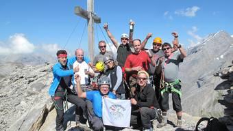Georg Grolimund (ganz rechts) mit seinen Alpen-Groupies auf dem Gipfel des Daubenhorns