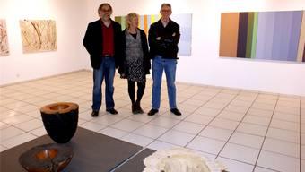 Thomas Schirmann, Ursula Pfister und John N. Myers (von links) inmitten ihrer Werke in der Kulturtankstelle Döttingen. Ursula Burgherr
