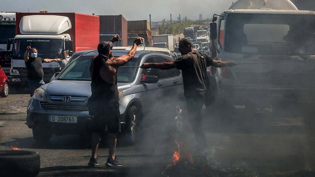 Demonstranten verhindern die Durchfahrt von Autos indem sie eine Hauptstrasse mit brennenden Reifen blockieren. Die Demonstranten protestieren gegen die kollabierende Wirtschaft und den Lebensstandard im Libanon.