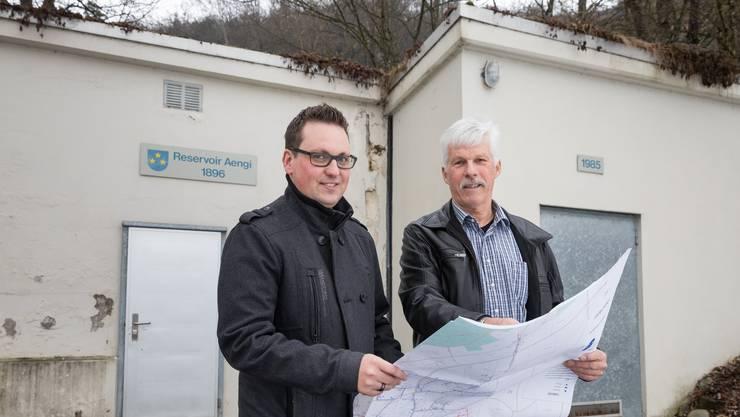 Sie haben die Stüsslinger Wasserkrise gemanagt: Dominik Frauchiger (links), Ressortleiter Wasserwerke, und Kurt Bieber, Präsident der Wasserkommission.