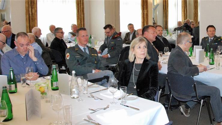 Regierungsrätin Brigit Wyss unter den Mitgliedern der Offiziersgesellschaft Olten und Umgebung.