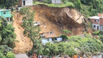 Neun Häuser sind bei einem Erdrutsch in einem Vorort von Rio zerstört worden.