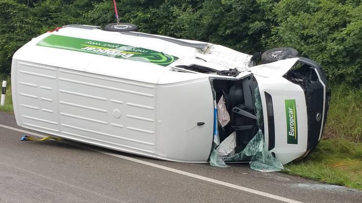Die drei Insassen dieses Lieferwagens wurden leicht bis mittelschwer verletzt.