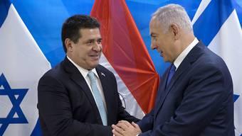 Früher andere Politik: Israels Premier Benjamin Netanjahu (rechts) und der ehemalige Präsident Paraguays Horacio Cartés (links) pflegten eine freundschaftliche Beziehung. (Archivbild)