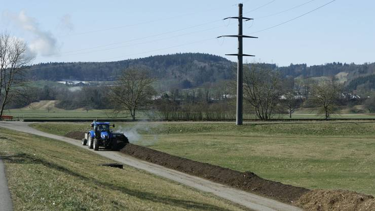 Für jede sogenannte Kompostmiete – im Bild der Komposthaufen am Feldrand – braucht es ein Baugesuch – eigentlich. Nun konnte der Solothurner Bauernverband eine aber etwas einfachere Lösung für die Landwirte im Kanton aushandeln.