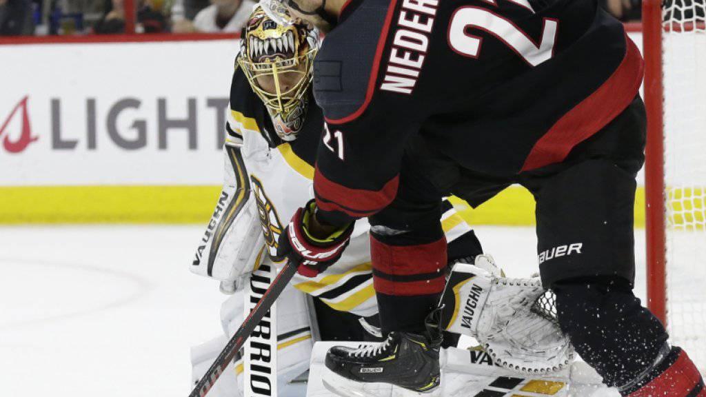 Nino Niederreiter (im Vordergrund) scheidet mit Carolina in den Playoff-Halbfinals der NHL aus