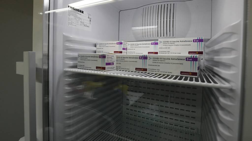 Die Dosen des Corona-Impfstoffs des britischen Astrazeneca werden bis zur Impfung kühl gelagert.